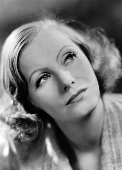 To make her eyes look more theatrical, Garbo put a thin layer of petroleum jelly on her eyelids underneath a dark eye shadow. She also lined her eyes with a mixture of jelly and charcoal pigment.