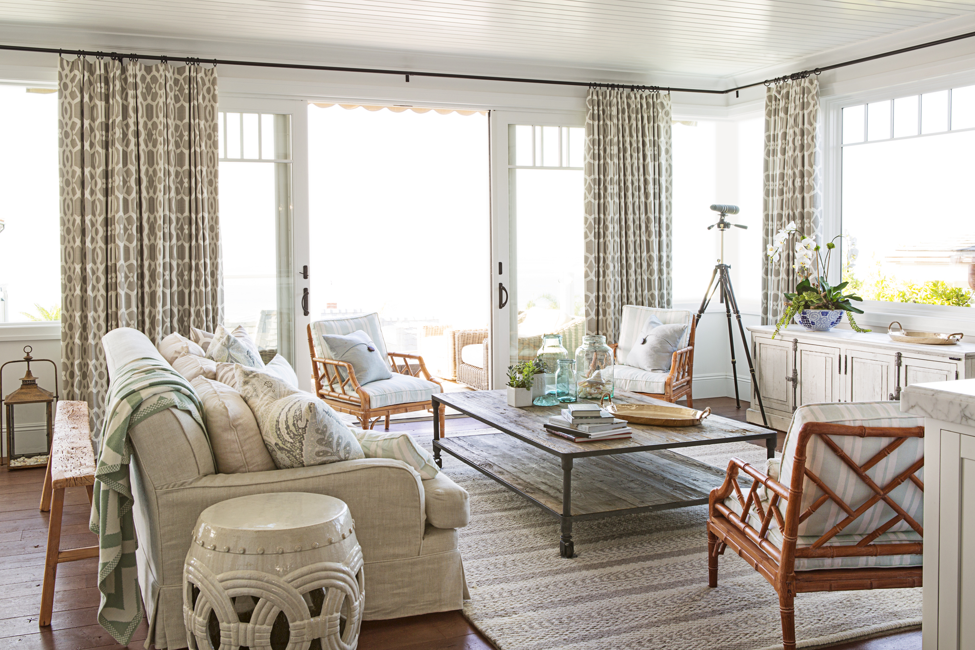 Beach house style coastal decorating tips and tricks - Beach style living room ...