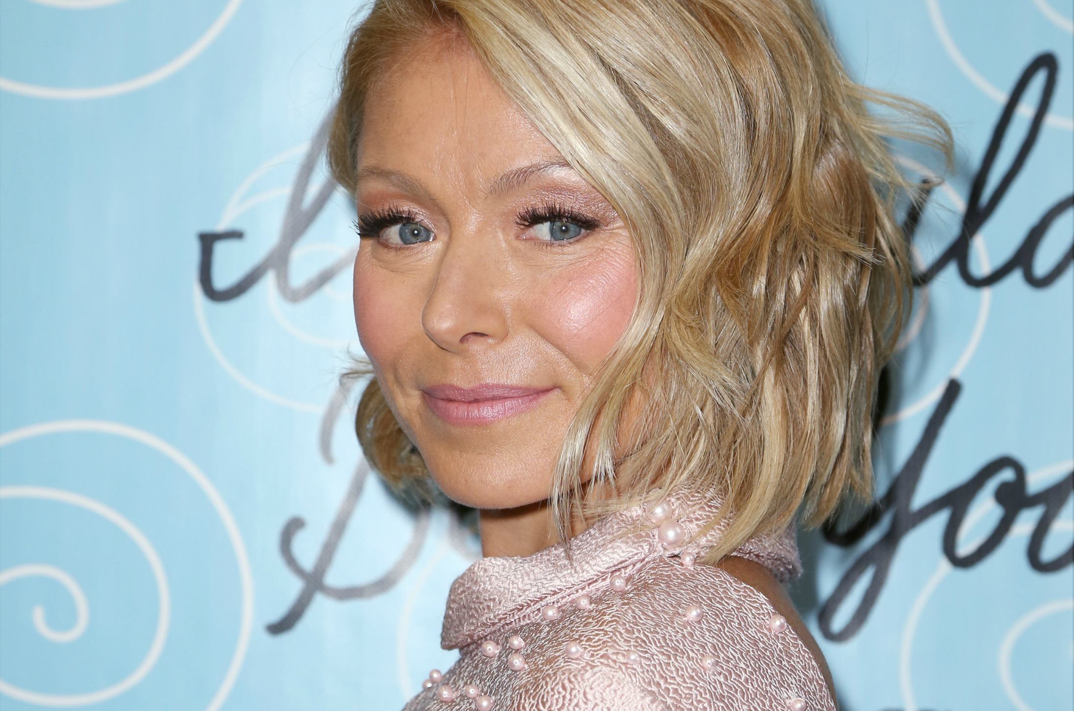 Kelly ripa short hair on live with kelly amp michael hot for Club piscine pierrefonds