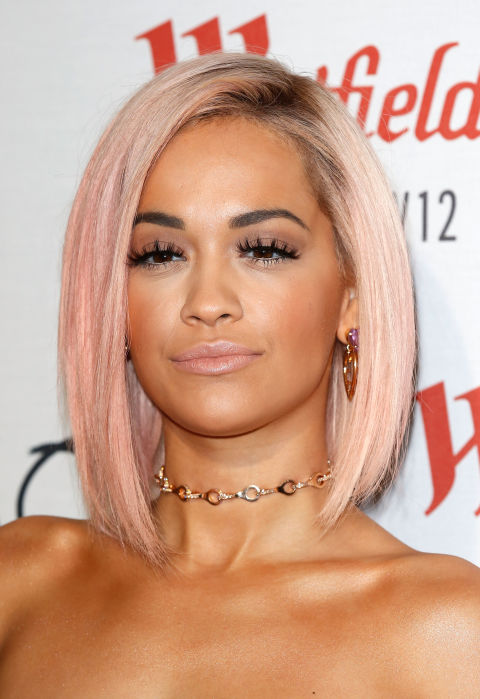 An angled lob looks amazing in a quiet pastel pink shade — which adds a touch of uniqueness to this trendy haircut.