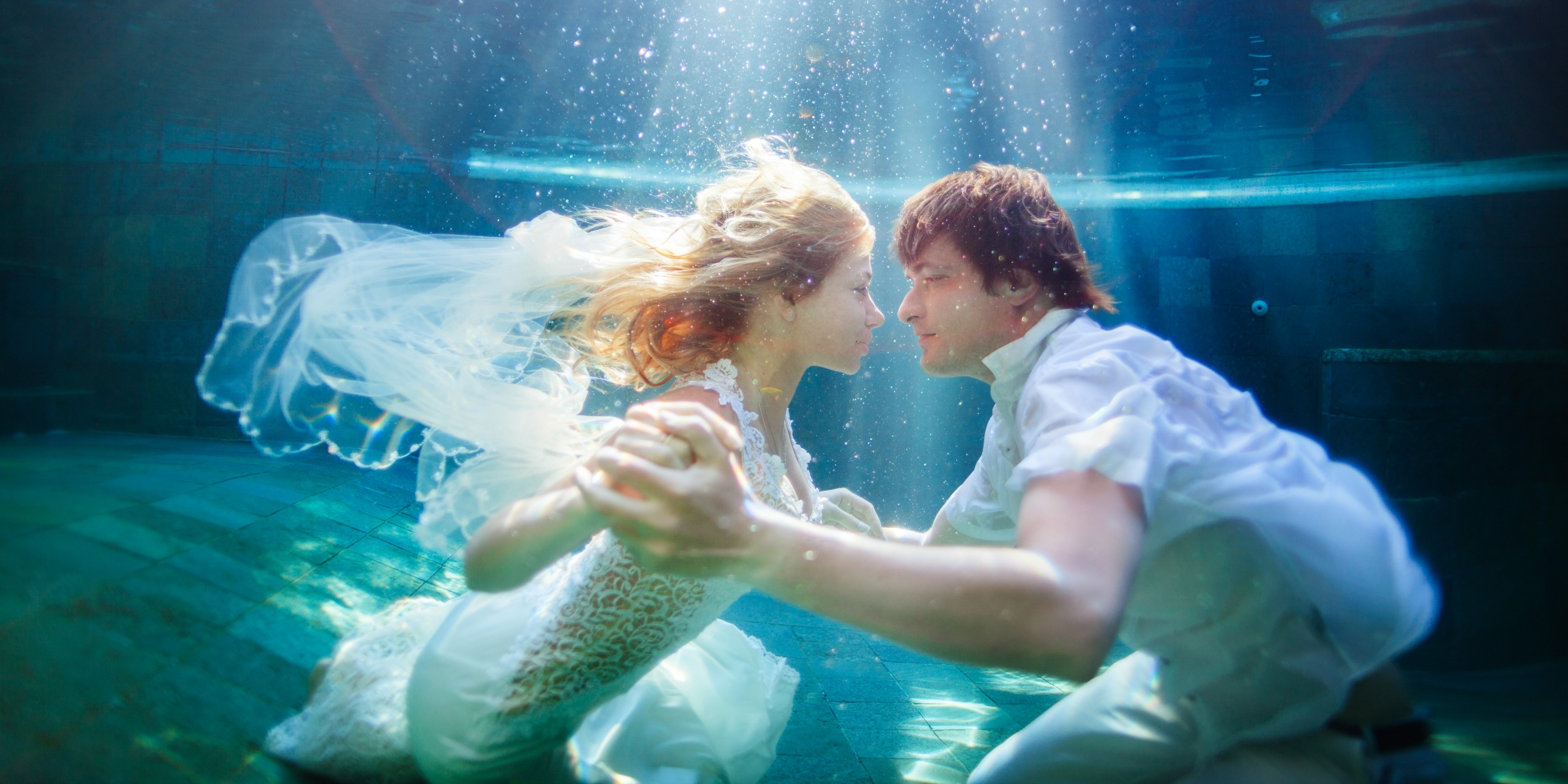Underwater Wedding Photography Is Trending With Brides And