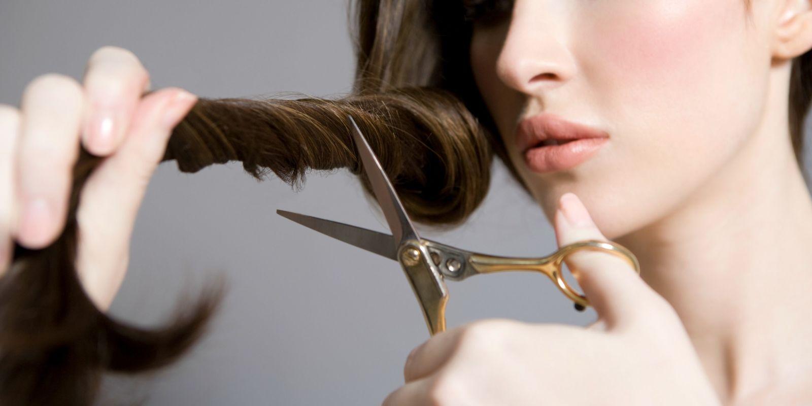 наклеивании сонник неожиданно остригли волосы во сне в парикмахерской связанные выполнением маникюра