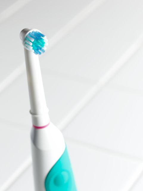 Με stashing μια drippy πινέλο σε ένα σκοτεινό γραφείο ιατρικής, είστε το εμποδίζει την πλήρη ξήρανση, με αποτέλεσμα σε ένα περιβάλλον που εκτρέφει δυσάρεστα βακτήρια - Όχι, ευχαριστώ! Αντ 'αυτού, να το κρατήσει έξω (και κλείστε το καπάκι της τουαλέτας, πριν να ξεπλύνετε).