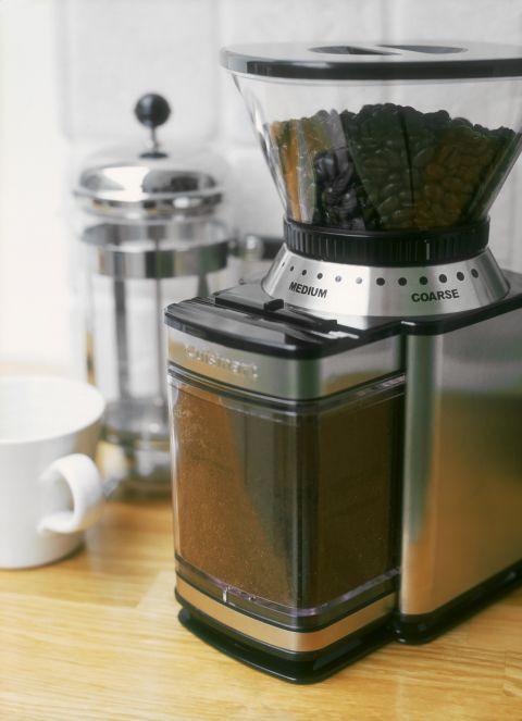 ... Που σημαίνει τη σκόνη και τους λεκέδες. Σίγουρα, αυτές που θα μπορούσαν να είναι τα πιο επείγοντα ζητήματα για τα μάτια σας, αλλά όταν πρόκειται για συσκευές κουζίνας, το εσωτερικό είναι όπου γεύσεις μπορεί να πάρει στραβωμένος. Σβήνω λόγους από το μύλο του καφέ σας μετά από κάθε χρήση και τα άλατα από την καφετιέρα σας κάθε μήνα.