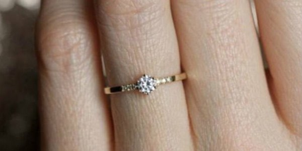 woman slams small engagement rings gets slammed by internet small engagement rings - Small Wedding Rings