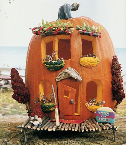 Kim Ludwiczak and Renee Wisniewski of Livonia and Madison Heights, Michigan, added gourd-and-berry window boxes.