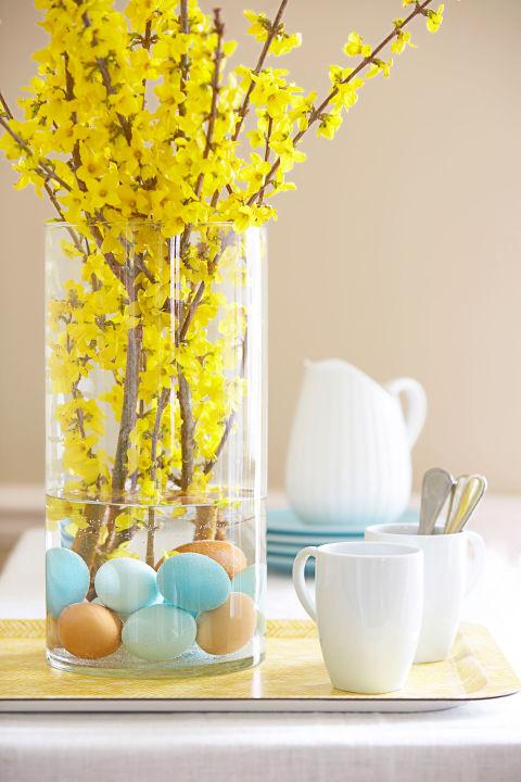 Άγκυρα λαμπρή forsythia - και να δώσει ένα νεύμα γλώσσα-σε-μάγουλο για το Πάσχα - με διακριτικά hued σκληρά βρασμένα αυγά. Προσεκτικά τοποθετήστε μια δωδεκάδα καφέ, λευκό και βαμμένα αυτά (ξεπλύνετέ τα καλά πρώτα) σε ένα βάζο, προσθέστε νερό, και τοποθετήστε κλαδιά.