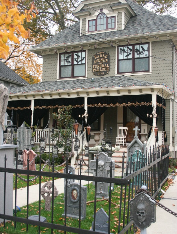 these homeowners went all in with creepy and cute yard decorations - Halloween Yard Decorations