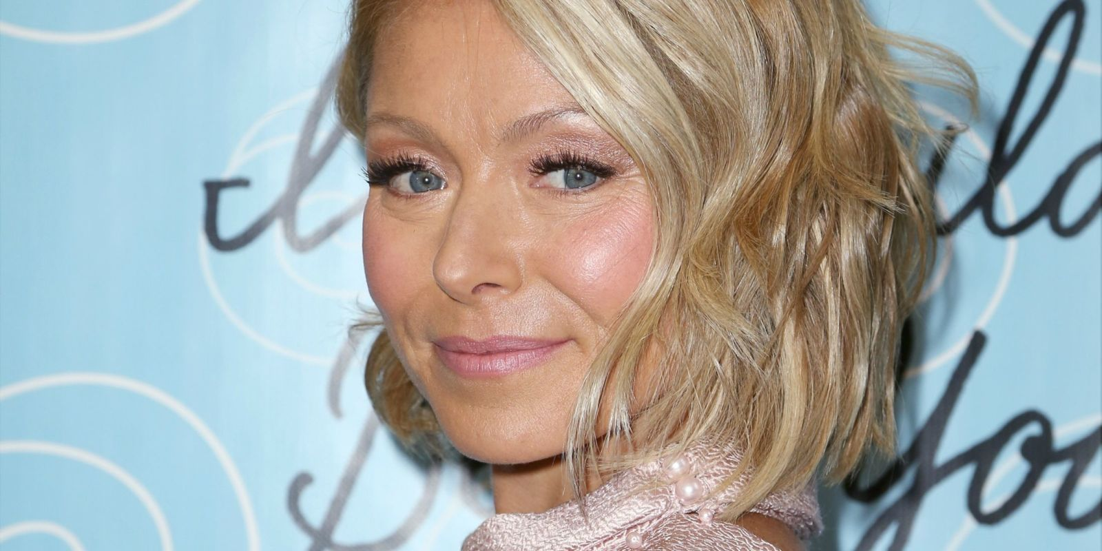 kelly ripa dyes hair blue - kelly ripa's new turquoise hair color