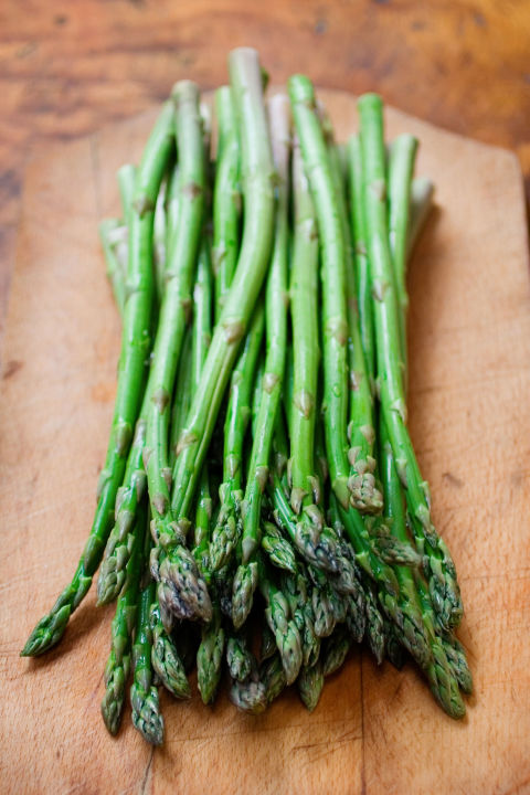 As aprebiotic-filled veggie, asparagus is a great addition to soups, pastas and omelets,or served as a side dish. For extra bloat-beating benefits, try pairing asparagus sticks with other crudité and dipping in hummus.